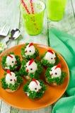 Pollos divertidos de los huevos en la tabla de Pascua Foto de archivo libre de regalías