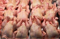 Pollos frescos en una carnicería Imágenes de archivo libres de regalías