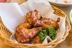 Pollos fritos tailandeses calientes y picantes en cesta Imagen de archivo libre de regalías