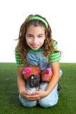 Polluelo del pollo del abrazo del granjero del ranchero de la muchacha del niño de las gallinas del criador fotos de archivo libres de regalías