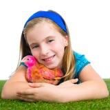 Polluelo del pollo del abrazo del granjero del ranchero de la muchacha del niño de las gallinas del criador fotografía de archivo libre de regalías