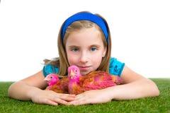 Polluelo del pollo del abrazo del granjero del ranchero de la muchacha del niño de las gallinas del criador fotos de archivo