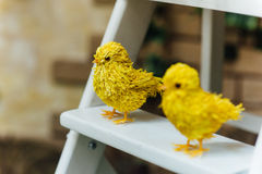 Polluelos coloridos de pascua en escalera del thwhite Fotografía de archivo