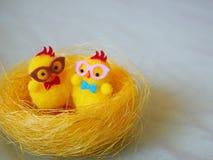 Polluelos de Pascua en una jerarquía foto de archivo