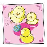Polluelos que juegan con el huevo de Pascua Imagenes de archivo
