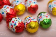 Polluelos y huevos de chocolate por los días de fiesta de Pascua Imagenes de archivo