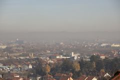 Pollution atmosphérique d'Airpolution en hiver, Valjevo, Serbie Photos stock