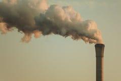 Pollution atmosphérique d'une pipe d'usine Photographie stock libre de droits