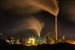 Pollution atmosphérique atmosphérique de fumée industrielle maintenant photos stock