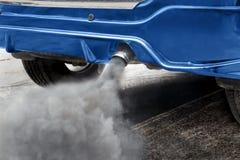 Pollution atmosphérique de pot d'échappement de véhicule sur la route photo stock