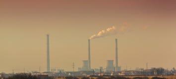 Pollution atmosphérique des cheminées d'évacuation des fumées à la force du charbon d'usine Image stock