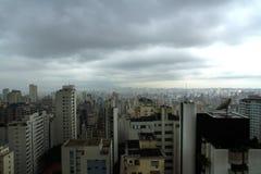 Pollution au-dessus de l'horizon de Sao Paulo Photo stock