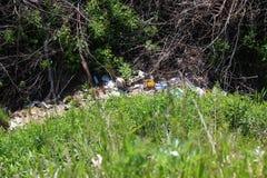 Pollution d'environnement, déchets abandonnés dans le ravin photo libre de droits
