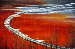 Pollution d'un lac avec de l'eau l'eau contaminée d'une mine photographie stock libre de droits