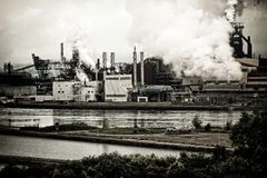 Pollution d'usine sidérurgique Images libres de droits