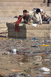 Pollution dans le fleuve saint Ganges - Inde photographie stock