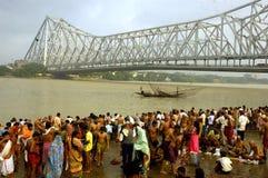 Pollution de fleuve de Ganga dans Kolkata. Photos stock