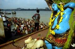 Pollution de fleuve de Ganga dans Kolkata. Photographie stock libre de droits