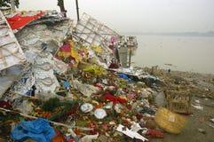 Pollution de fleuve de Ganga dans Kolkata. Images stock