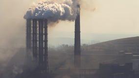 Pollution de l'atmosphère par une entreprise industrielle de l'industrie métallurgique banque de vidéos