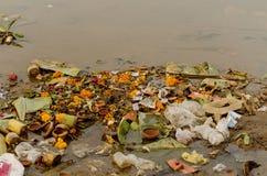 Pollution de l'eau due au dumping des déchets photographie stock