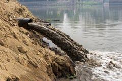 Pollution de l'eau en rivière Photographie stock libre de droits