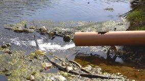 Pollution de l'eau en rivière banque de vidéos