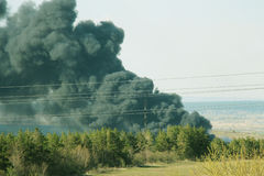 Pollution de la nature, courant de cuisson à la vapeur noir des émissions Images libres de droits