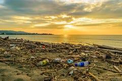 Pollution de marine et de plage, plastiques, déchets, déchets photos stock
