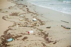 Pollution de plage Les bouteilles en plastique et d'autres déchets sur la mer échouent photographie stock libre de droits