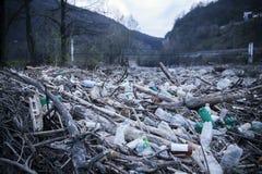 Pollution des bouteilles en plastique Photographie stock