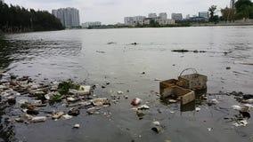 Pollution en plastique dans l'eau banque de vidéos
