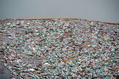 Pollution en plastique de bouteille Image libre de droits