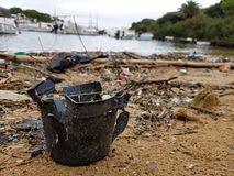 Pollution en plastique sur une plage photos stock