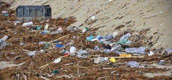 Pollution environnementale à la plage images stock