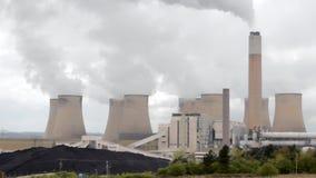 Pollution moderne contre le ciel d'obscurité de mère nature clips vidéos