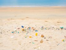Pollution sur la plage Photos stock