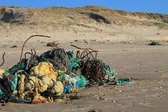 Pollution sur une plage Image libre de droits