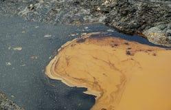 Pollutions par les hydrocarbures de trace de sol et d'eau de contamination, déchets toxiques d'ancienne décharge, nature d'effets image stock