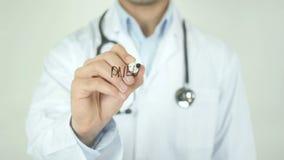 Polmonite, il dottore Writing sullo schermo trasparente video d archivio