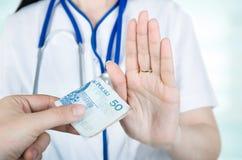 Polnische Ärztin, die Blitzreaktionen ablehnt Lizenzfreies Stockfoto