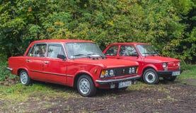 Polnische Autos Polski Fiat 125p und 126p des Klassikers im Rot lizenzfreie stockfotografie