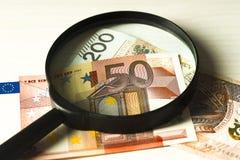 Polnische Banknoten und der Banknoteneuro unter der Lupe Lizenzfreie Stockfotografie
