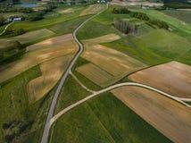 Polnische Felder und Straßen auf der Landschaft - Brummenluftfoto lizenzfreies stockbild