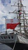 Polnische Flagge auf dem Dar Mlodziezy-Segelschiff in Gdynia, Polen Stockfoto