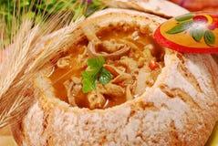 Polnische Kaldaunensuppe (flaki) in der Brotschüssel Stockfotos