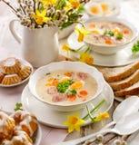 Polnische Ostern-Suppe, weißer Borscht mit dem Zusatz der weißen Wurst und ein hart gesotten Ei Traditioneller Ostern-Teller in P lizenzfreie stockfotografie