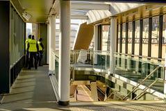 Polnische Polizei am Bahnhof lizenzfreie stockfotos