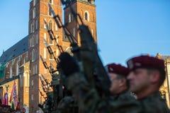 Polnische Soldaten auf Schutz der Zeremonie ist das Versprechen von ersten Klassen der Highschool Jan.s III Sobieski am Hauptmark Stockbilder