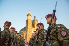 Polnische Soldaten auf Schutz der Zeremonie ist das Versprechen von ersten Klassen der Highschool Jan.s III Sobieski Stockfotografie